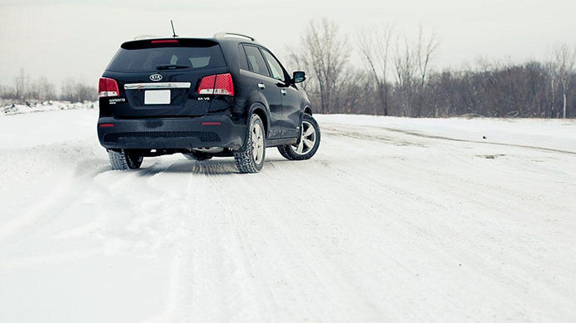 Kia Sedona driving through snow